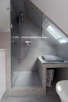 Modern Bathroom Designs Klasse Einteilung für ein kleines Badezimmer mit Dachschräge