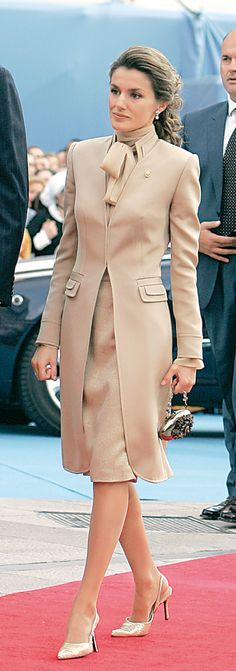 En 2008 se produjo el gran cambio físico de Letizia. Se operó la nariz y su cara cambio de forma considerable, adquiriendo unas facciones más dulces gracias a pequeños retoques estéticos. La princesa va ganando también en estilo y ese año acierta con un traje de encaje gris de Felipe Varela, su diseñador de cabecera.