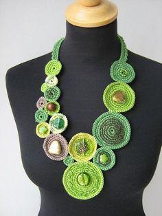 Questa collana è alluncinetto a forma libera tecnica di filato di cotone 100% e decorata con perline multicolore.