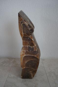 Zijaanzicht Torso van Caramel Albast. Marjen Blanken