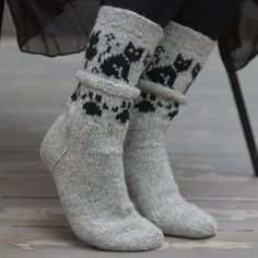 Kattefot fra siden Crochet Socks, Knitted Slippers, Slipper Socks, Knit Mittens, Knitting Socks, Mitten Gloves, Baby Knitting, Knit Crochet, Knit Shoes