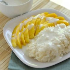 Mango Sticky Rice - Sweet rice and mango covered with warm coconut milk. My favorite dessert I had in Thailand! Sweet Sticky Rice, Mango Sticky Rice, Coconut Sticky Rice, Sticky Rice Recipes, Dinner Party Desserts, Asian Recipes, Healthy Recipes, Thai Dessert, Vegan