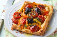 Tomato and pepper galettes This tasty tart is full of Mediterranean flavours, with ripe plum tomatoes and sweet peppers, your family will love this summery recipe Dinners Under 500 Calories, 500 Calorie Meals, No Calorie Foods, Low Calorie Recipes, 200 Calories, Cheap Family Meals, Cheap Meals, Tart Recipes, Cooking Recipes