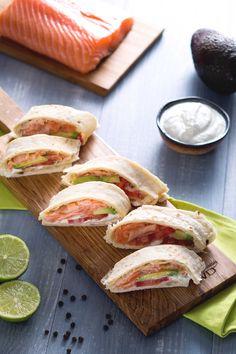 Rotolini di #piadina con #salmone, #avocado e crema allo yogurt: perfetti anche da servire per un happy hour tra amici! #Giallozafferano #ricetta #recipe #salmon #happyhour #fingerfood
