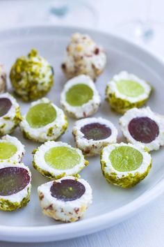 Last-Minute Appetizer: Goat Cheese Grape Balls Yum. So good with a glass of white wine! This simple, elegant appetizer is perfect for a last-minute New Year's Eve get-together. Fresh goat cheese, nuts and honey add contrasting flavors and textu… Elegant Appetizers, Cold Appetizers, Appetizers For Party, Appetizer Recipes, Thanksgiving Appetizers, Potluck Recipes, Recipes With Goat Cheese Appetizers, Easy Vegetarian Appetizers, Mexican Appetizers Easy