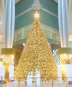 【比美、比排場 飯店百貨耶誕樹驚豔】 台北101首度將文創與耶誕結合,在4樓廣場推12米高耶誕樹,圍繞101件台灣新銳創意商品。(徐亦橋攝)