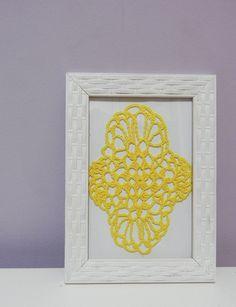 Quadro com moldura na cor branca Desenho feito totalmente em crochê com linha amarela Fundo branco  Tamanho 13 x 18 cm R$ 35,00