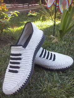 This post was discovered by nu Crochet Sandals, Crochet Boots, Crochet Slippers, Crochet Shoes Pattern, Shoe Pattern, Crochet Baby Shoes, Crochet Clothes, Crochet Flip Flops, Mens Canvas Shoes