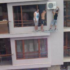 Ammattilaiset ilmastointilaitetta asentamassa