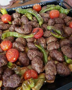 Nefis fırında kofte patatese ne dersiniz Kalabalık misafirleriniz ic8n kurtarıcı bir firin yemegi 😋 Patates Sivribiber Çeri domates Kofte…