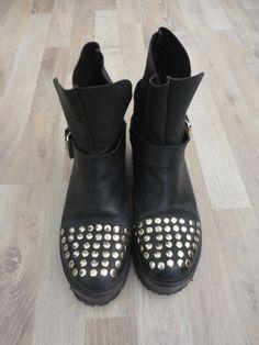 Botas de cuero negras con tachas doradas #febo #ComoNuevas #ModaSustentable. Compra esta prenda en www.saveweb.com.ar!