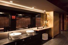 #Baño #Gimnasio #clasico #decoracion via @planreforma #accesorios #encimeras #iluminacion #espejos #griferia #baldosas