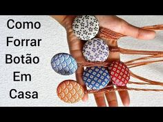 Como Forrar Botões Manualmente - YouTube Hair Accessories, Sewing, How To Get, Crafts, Singer, Youtube, Fabric Envelope, Wrap Skirts, How To Make Buttons