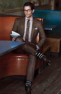 茶色のスーツ×チェックのシャツ×ボーダーのソックス