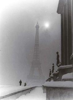 La Torre Eiffel después de la liberación de París.