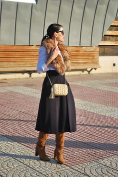 Midi navy skirt and suede boots.