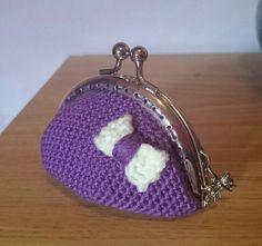 monedero violeta con lazo