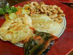 Fritada de coisas do mar. Lagosta, pescada e camarões.