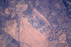 Mosaico de edificios rodean el aeropuerto de el Cairo Egipto. Shane Kimbrough (@astro_kimbrough)