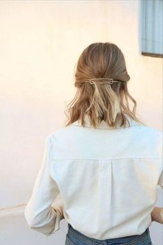 Hair clips are a fun and easy way to throw your hair up while still looking like you put in the effort! Chic Hairstyles, Winter Hairstyles, Trending Hairstyles, Pretty Hairstyles, Braided Hairstyles, Easy Hairstyle, Style Hairstyle, Short Hair Bridesmaid Hairstyles, Easy Updo
