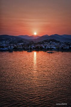 Sunrise over de port of Myrina in Lemnos Island, Lesvos, North Aegean_ Greece Beautiful Sunset, Beautiful World, Beautiful Places, Samos, Places In Greece, Greek Islands, Ciel, Athens, Places To See