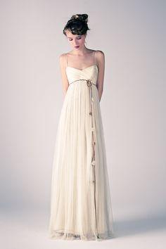 Mod.Iumi. Vestido en tul de seda natural/bambula de seda natural. Cinturón de flores hecho a mano