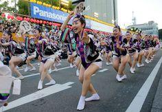 阿波踊りが開幕し、軽快なリズムに乗って踊る踊り手たち=徳島市で2017年8月12日午後6時21分、貝塚太一撮影