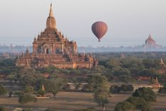 Embarquez pour un vol en montgolfière au dessus des temples de Bagan en Birmanie. Mes conseils et photos pour cette… Bagan, Asia Travel, Barcelona Cathedral, Monument Valley, Photo Art, Taj Mahal, Photos, Temples, Building
