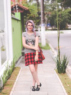 Look saia xadrez, camiseta e sapato boneca (via omundodejess.com)