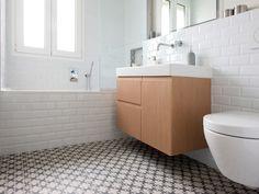 Une salle de bain aux tons clairs dans l'air du temps, carrelage Azulej de Mutina, faïence métro, réalisation Murs et Merveilles I Modern bathroom, Mutina Azulej and metro tiles, by Murs & Merveilles