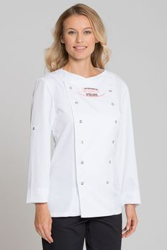 La veste de cuisine stylée avec élégant col bateau plat a une coupe cintrée et un ajustement parfait. Les manches peuvent être retroussées et attachées à l'aide d'une patte. Le revers en biais avec deux rangées de boutons-pression, la poche à stylos sur la partie supérieure de la manche gauche et les deux fentes sur les côtés finissent en beauté cette veste de cuisine. La fibre confort COMO DELUXE douce pour la peau - plus absorbante que le coton, plus douce que la soie et plus…