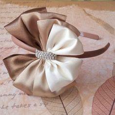 Como Fazer Laço de Fita de Cetim: 31 Modelos com Passo a Passo Ribbon Art, Diy Ribbon, Ribbon Crafts, Ribbon Bows, Ribbons, Diy Headband, Baby Headbands, Diy Accessoires, Bow Tutorial