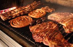 Dentro de las especialidades de La Bistecca podemos encontrar las mejores carnes argentinas a las brasas, una gran variedad de quesos y fiambres, entradas frías y calientes, entre otros.
