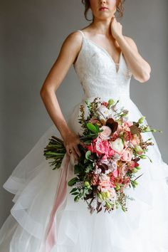 Vibrant bridal bouquet Wedding Inspiration - Coral, Pink, Gold, White — Destination Wedding Planner + Coordinator EPOCH CO+ Wedding Balloons, Garland Wedding, Bouquet Wedding, Wedding Centerpieces, Boho Wedding, Floral Wedding, Wedding Flowers, Wedding Advice, Wedding Vendors