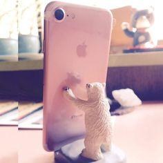 iPhone7をシロクマくんが支える図。スマホにシロクマくんのお顔が写ってます。むふふ。#スマートホン #スマホスタンド #シロクマ #白耳ギャラリーの福ふく