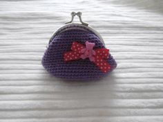 monedero vintage a crochet en color morado con lacito fucsia y boton osito lila