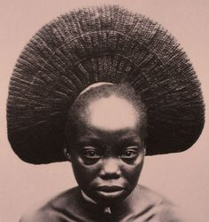 Nasara, one of the wives of Akenge with typical fan-shaped style of the Zande, Democratic Republic Congo. Photo: Herbert Lang Expedition, 1909 - The wives of the Zande rules, south of.