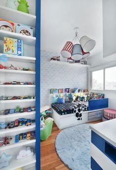 Projeto da Uebaa com roupa de cama @amomooui. O lençol TWISTER PRETO é o coringa deste projeto: a cama ganha destaque com as cores e ele combina com todo o mix de estampas das almofadas e o resto da decoração do quarto. Já a estante azul é o grande destaque, moderna e chamativa com detalhes de decoração que amamos como pôsteres e almofadas toys! #kidsroom #decor #decoracao #quartodecrianca #mooui
