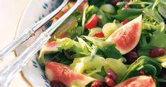 Revi salaatti ja rucola kulhoon. Leikkaa viinirypäleet kahtia ja viikunat neljään osaan.