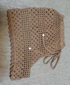 Short em crochê, complemento de elegância em seu vestir, praia, passeio. Confeccionado em fio charme, alto luxo e qualidade. Fechamento com cadarço de crochê. Cor bege.