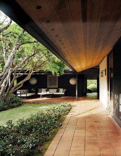 Engawa. La extensión del jardín hacia la casa, protegida, la prolongación de la casa hacia la naturaleza.  This space reminds me of how centuries of Japanese architecture and lifestyle impact design.