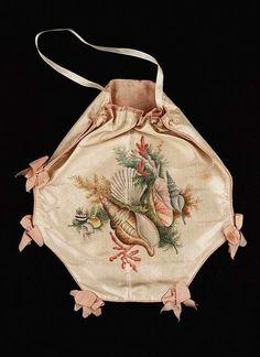 Painted Silk Bag, American, ca 1800, Gift of Miss Marjorie Childs, Gail and Ernst von Metzsch Gallery, Museum of Fine Arts Boston. Покрашенная Шелковая Сумка, американец, приблизительно 1800, Подарок мисс Марджори Чилдс, Гэйл и галереи Ernst von Metzsch, Музея изобразительных искусств Бостон.