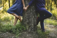 Creative Couples Photography, Wedding Couple Poses Photography, Pre Wedding Poses, Pre Wedding Photoshoot, Couple Posing, Couple Shoot, Outdoor Engagement Photos, Family Picture Poses, Romantic Pictures