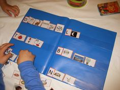 Durante estas semanas mis hijas muestran muchas ganas de aprender a leer, con ellas me he animado a utilizar la metodología Montessori. Así...