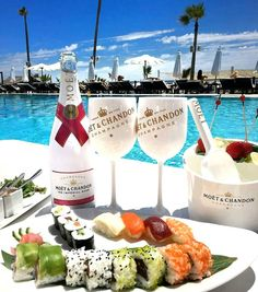 Sushi,Lobster Bites with Moët & Chandon Champagne Poolside= Heaven by My glamorous world of fashion. Brunch Menu, Brunch Recipes, Wine Recipes, Moet Chandon, Wine Cocktails, Alcoholic Drinks, Champagne Moet, Champagne Brunch, Jai Faim