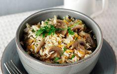 Σερβίρουμε το πιλάφι με φρεσκοτριμμένο πιπέρι και συνοδεύουμε με γραβιέρα σαγανάκι και κρίθινα παξιμάδια. Orzo, Greek Recipes, Fried Rice, Fries, Pasta, Lunch, Healthy, Ethnic Recipes, Greek Beauty