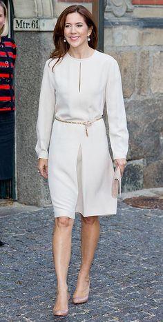 Princesa Mary de Dinamarca'Look': Durante los últimos días hemos visto cómo Mary apostaba por vestidos de cortes clásicos y en un único tono. En esta ocasión, llevó uno blanco, de la firma Joseph, adornado por un fino cinturón dorado. Completó el estilismo con un 'clutch' en tono 'nude' y unos zapatos, en 'nude', de Christian Louboutin.
