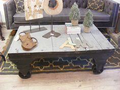 Mesa de centro industrial. Fabricado con material reciclado. Patinado en gris azulado. En Ünik Vintage Furniture.