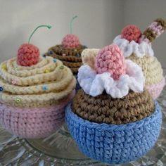 vanilla and chocolate cupcakes amigurumi pattern by Amber's Amigurumi ☂ᙓᖇᗴᔕᗩ ᖇᙓᔕ☂ᙓᘐᘎᓮ http://www.pinterest.com/teretegui