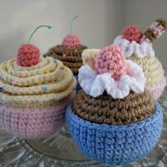 vanilla and chocolate cupcakes amigurumi pattern by Amber's Amigurumi ☂ᙓᖇᗴᔕᗩ ᖇᙓᔕ☂ᙓᘐᘎᓮ http://www.pinterest.com/teretegui
